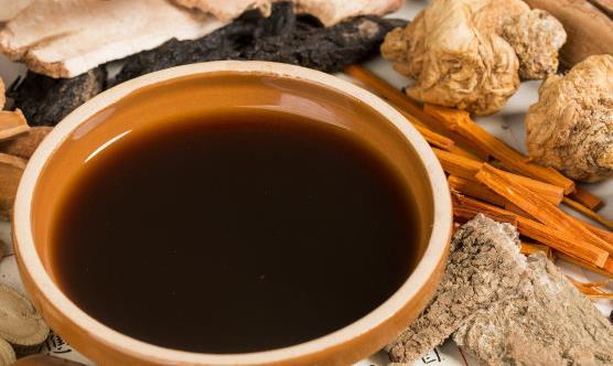 常年喝中药损伤肠胃并引发呕吐 如何避免中药导致的呕吐现象